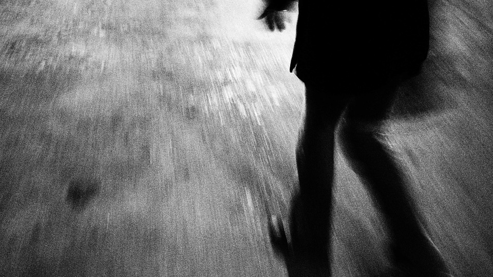 暗闇を早く歩く足